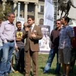 CAMPANIA DE-MASCAREA. Filmari cu violentele mardeiasilor Academiei Catavencu pusi de Buscu-Paleologu impotriva eliberarii statuilor de la UNIVERSITATE
