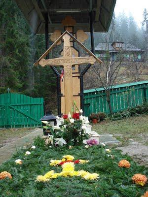 rp_Mormantul-Parintele-Gheorghe-Calciu-Manastirea-Petru-Voda-5.JPG