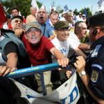 EXCLUSIV. 'Javrele ordinare' care au bruscat jandarmii la mitingul anti-Boc si anti-Basescu. Instantaneu surprins de GUGULANUL