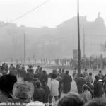 Fotografii extraordinare din 21 Decembrie 1989. Intrarea TAB-urilor in Piata Universitatii si reactia tinerilor. FOTO-DOCUMENTE de Laurentiu Galmeanu