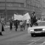 Oameni si tancuri la revolutie. Fotografii de Dinu Lazar oferite in exclusivitate portalului Ziaristi Online.ro