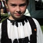 Fetita din Rosia Montana cu un costum popular de 100 de ani. Fotografii