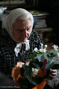 Doamna Aspazia Otel Petrescu cu flori in chilia Parintelui Justin Parvu - Foto c Cristina Nichitus Roncea