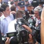 """Mihai Razvan Ungureanu huiduit si injurat de revolutionari si la Timisoara. """"Plagiatorilor! Voi sunteti plagiatorii!"""" a strigat un revolutionar catre MRU, aparat de din ce in ce mai multi badigarzi, jandarmi si politisti. VIDEO/FOTO"""