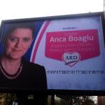 """Bairam ungro-romo-penticostal cu MRU la Arad si un banner cu insemne ciudate, in ivrit, al PDL-istei Anca Boagiu. Imnul maimutelor lui Basescu e """"ARD IN FLACARI""""? FOTO/VIDEO: """"Suntem pe mana unor nebuni!"""""""