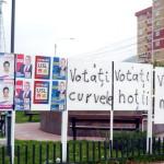 Un panou electoral din Piatra Neamt face senzatie pe internet: Votati curvele! Votati hotii! Votati mafia! FOTO
