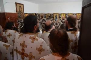 Preoti-citind-rugaciuni-in-chilia-Parintelui-Justin 31 Mai 2013 Petru Voda Ro